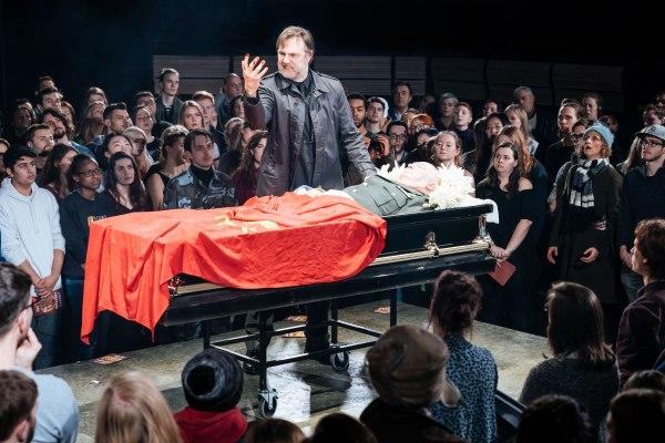 julius-caesar-bridge-theatre-production-photo-2018-david-morrissey-mark-anthony-julius-caesar-at-the-bridge-theatre-photo-credit-manuel-harlan-hr